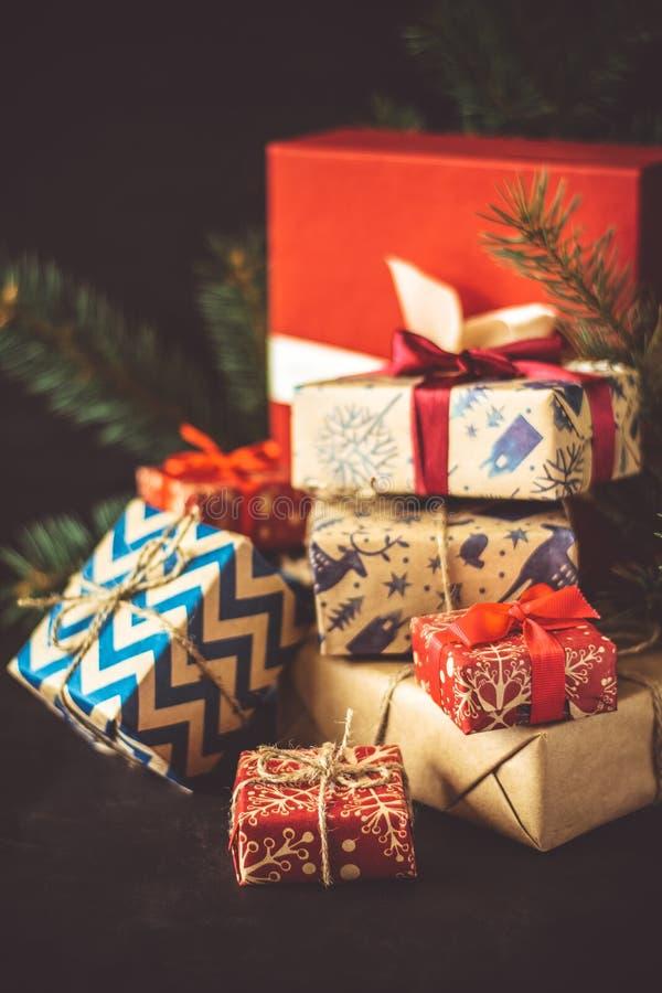 Julgåvaaskar på det mörka träskrivbordet royaltyfria foton