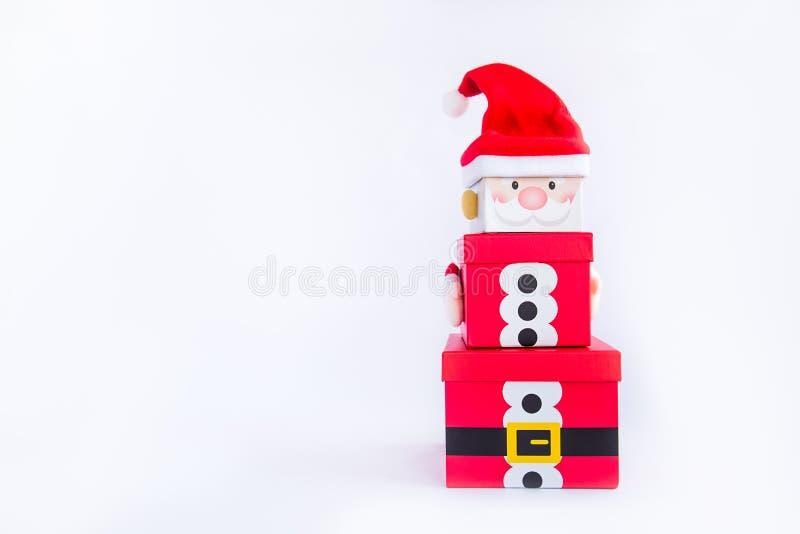 Julgåvaaskar står högt i formen av ett Santa Claus på isolerad vit bakgrund xmas Familjferiebegrepp glatt royaltyfri fotografi