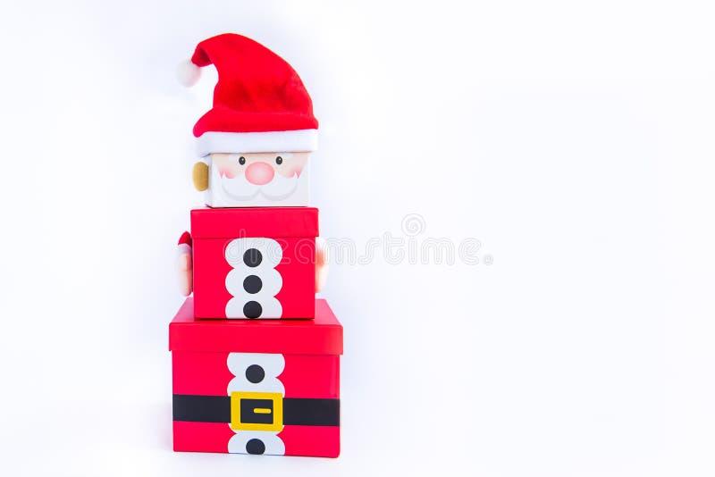 Julgåvaaskar står högt i formen av ett Santa Claus på isolerad vit bakgrund xmas Familjferiebegrepp glatt royaltyfri foto