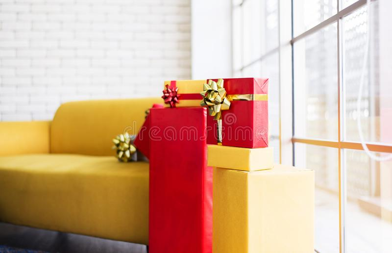 Julgåvaaskar staplar röd och gul färg för semesterperioden royaltyfria bilder