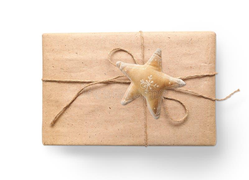 Julgåvaasken som sloggs in i brunt, återanvände papper och band säckrepet med en bästa sikt för stjärna som isolerades på vit bak royaltyfri bild