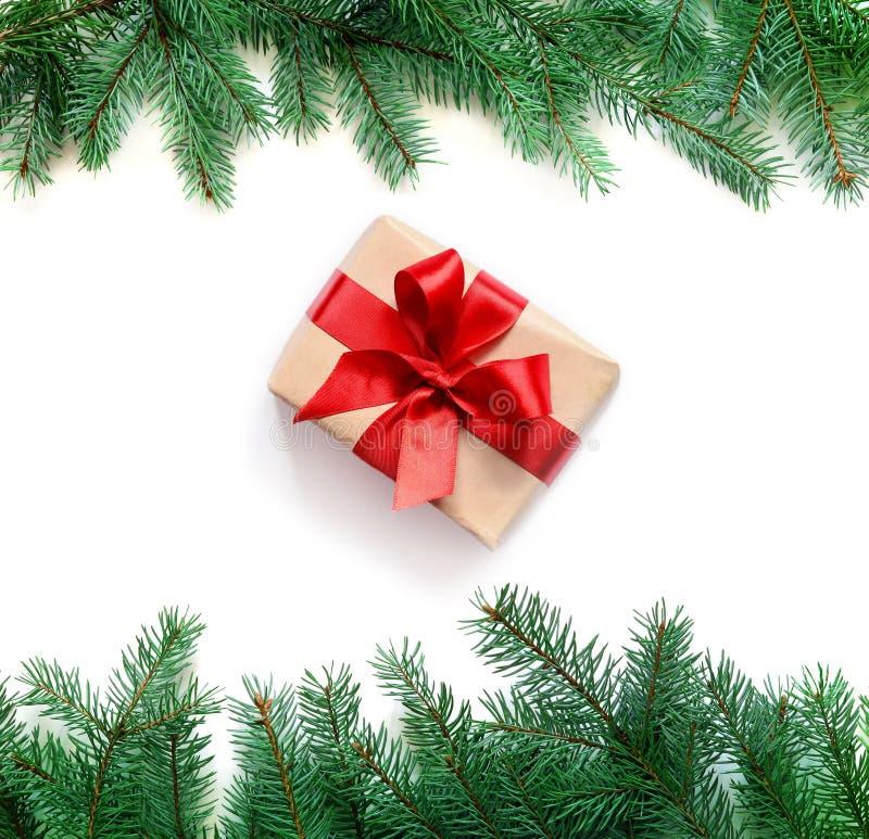 Julgåvaboxe och granträdfilial på vit bakgrund Top beskådar fotografering för bildbyråer