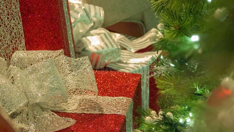 JulgåvaCloseup med trädet i rätt AV ramen royaltyfria bilder