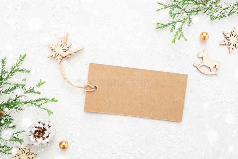 Julgåvaetikett med garnering för ` s för nytt år och snö på vit royaltyfri foto