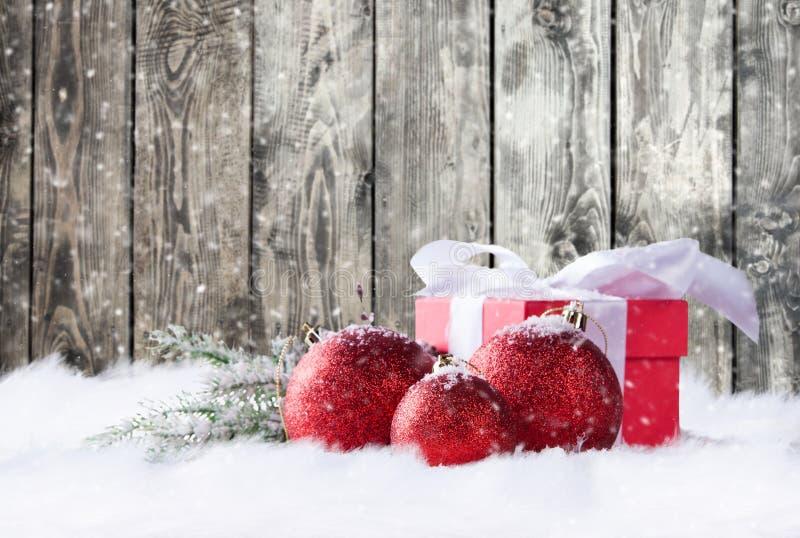 Julgåvor i snow arkivfoton
