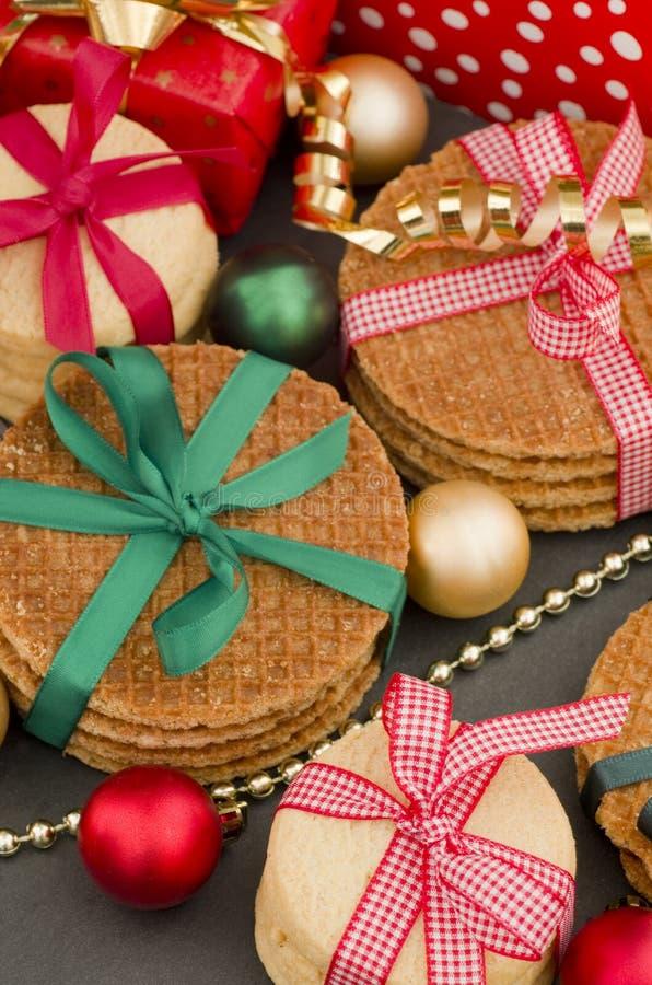Julgåvor, ljusbruna kakor och rött vin arkivbild