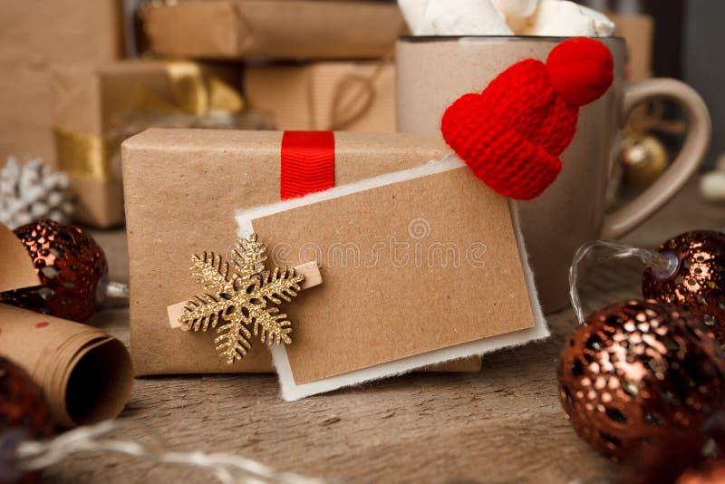 Julgåvor med julgarnering på tappningträbakgrundscloseupen, designmall, kopieringsutrymme, främre sikt fotografering för bildbyråer