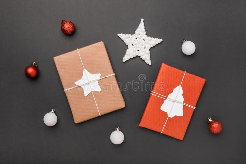 Julgåvor och bollar på svart bakgrund royaltyfria foton