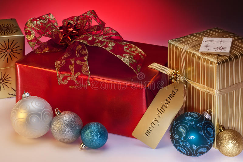 Julgåvor och garneringar royaltyfria foton