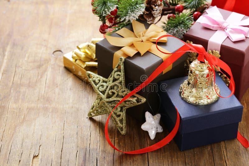 Julgåvor och garneringar på en träbakgrund arkivfoto