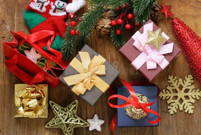Julgåvor och garneringar på en träbakgrund royaltyfria bilder