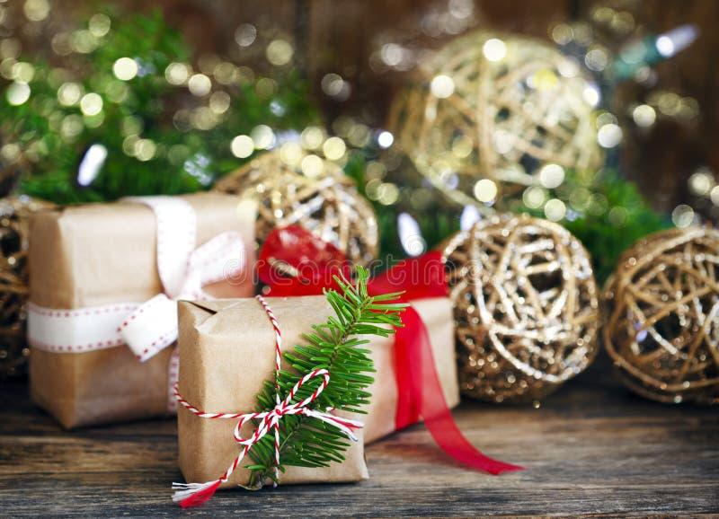 Julgåvor och prydnadar arkivfoto
