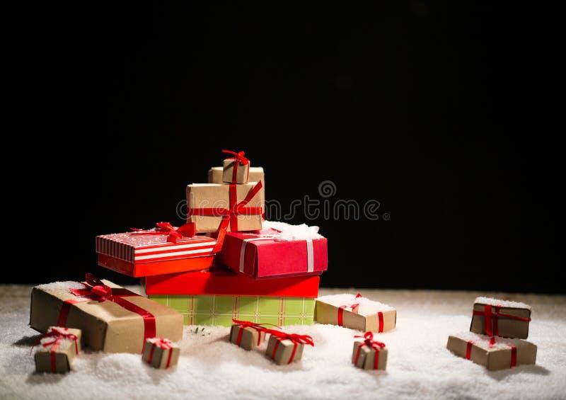 Julgåvor på snö royaltyfri foto
