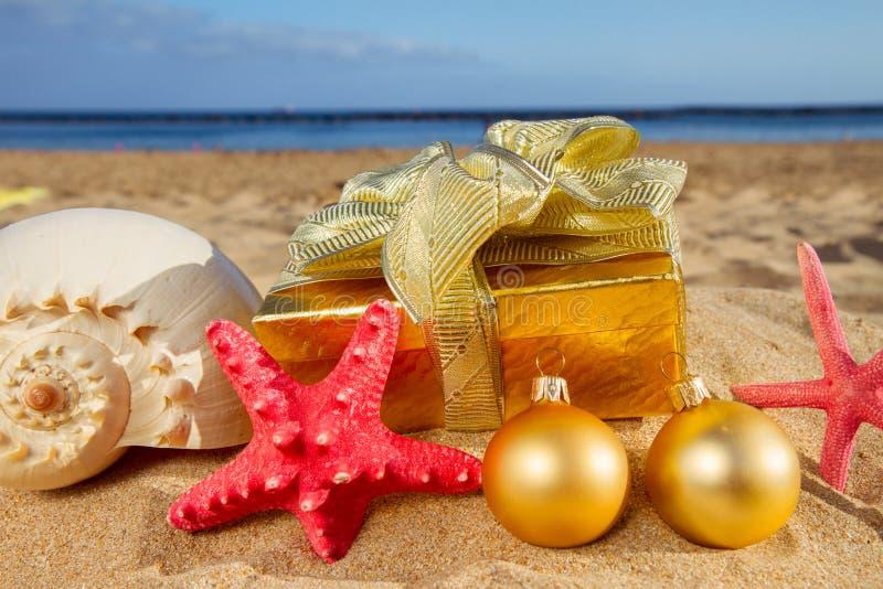 Julgåvor på stranden royaltyfri bild