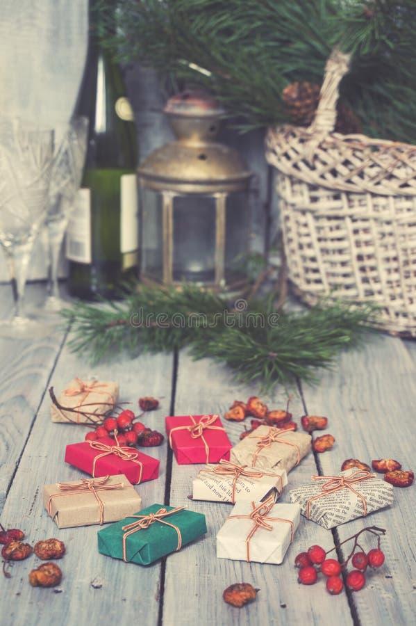 Julgåvor, rönn, muttrar, spridning på målade vita bräden arkivbilder