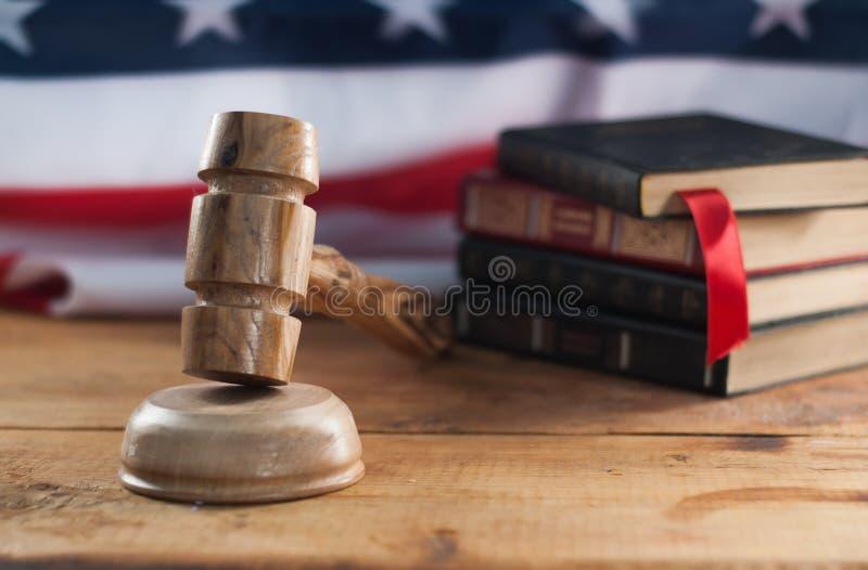 Julg o gavel de madeira com a bandeira dos EUA no fundo Um símbolo da jurisdição fotografia de stock royalty free