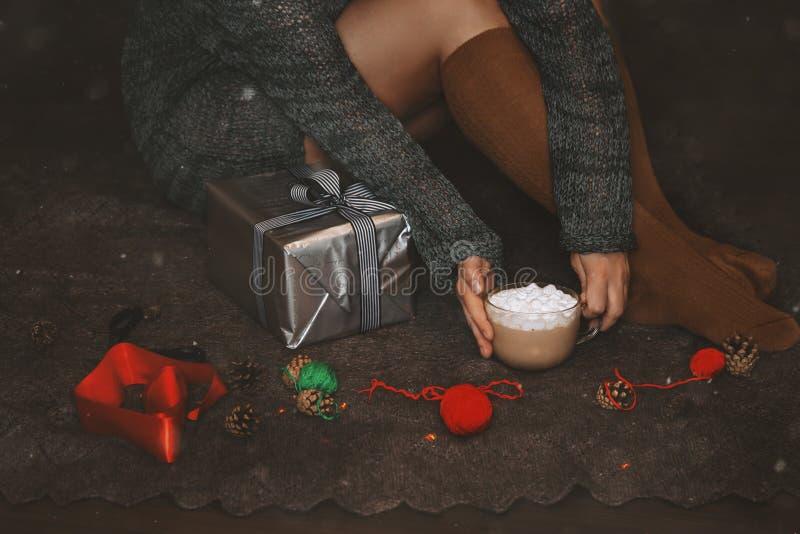 julg?vasjal Kvinnans händer som packar en julgåvaask på mörk bakgrund royaltyfri foto