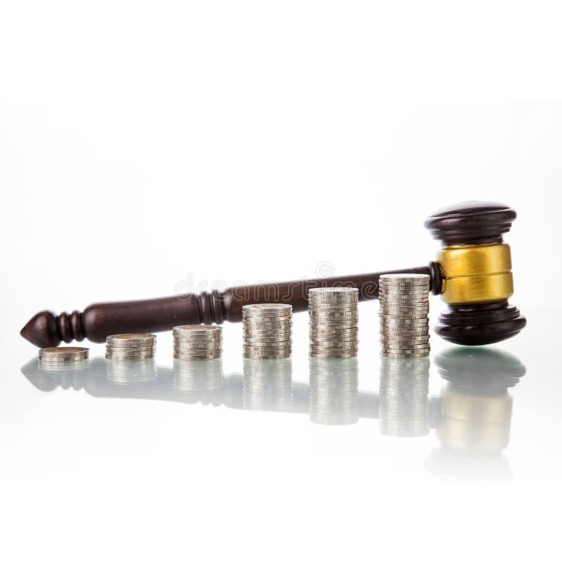 Julga o martelo da lei com moedas imagens de stock royalty free