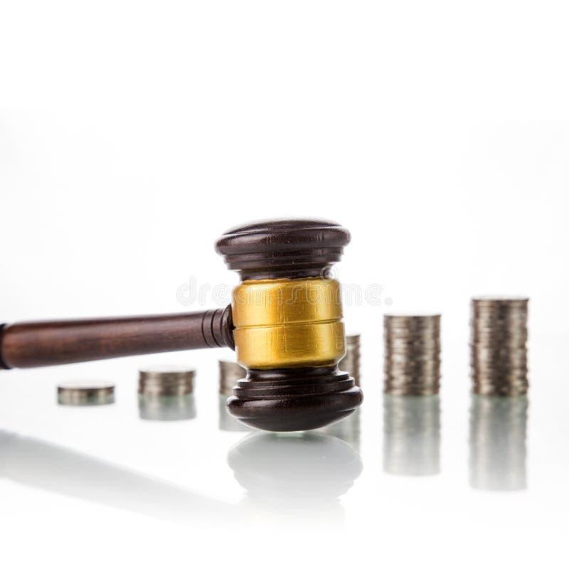 Julga o martelo da lei com moedas foto de stock royalty free
