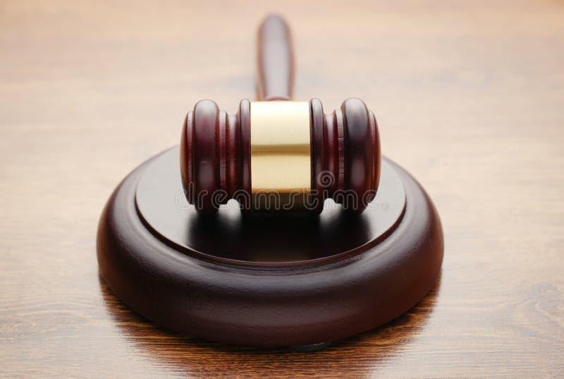 Julga o martelo de madeira em uma sala do tribunal fotos de stock