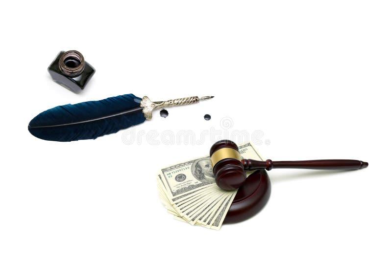 Julga o martelo, o dinheiro, a pena e o tinteiro no fundo branco fotografia de stock