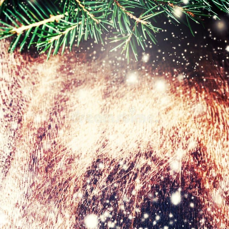 Julgarnering över grungebakgrund - julgranträd arkivfoton