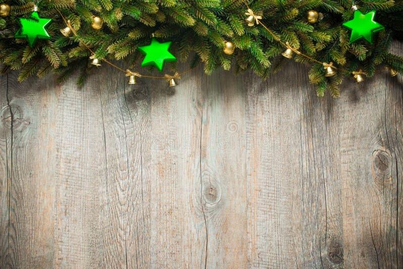 Julgarnering över träbakgrund royaltyfri bild