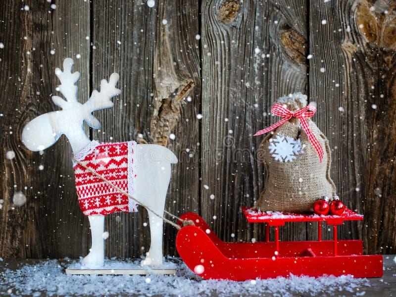 Julgarnering över träbakgrund fotografering för bildbyråer