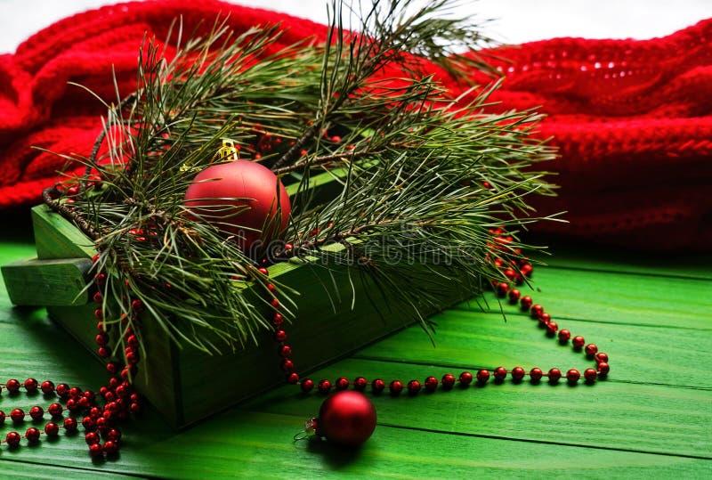 Julgarnering över träbakgrund Garneringar över trä Tappning arkivbilder