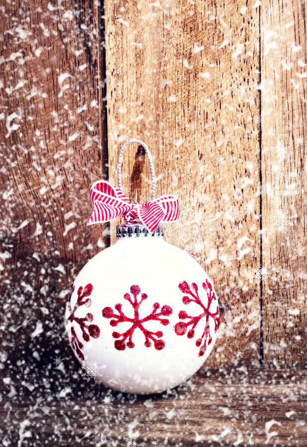 Julgarnering över träbakgrund med snöflingor. Vin arkivbild