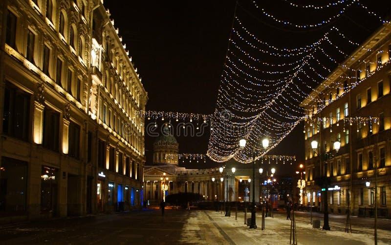 Julgarnering av staden med elektriska glödande ljus royaltyfri bild