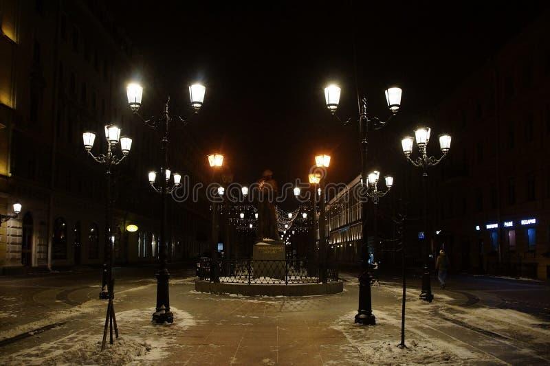 Julgarnering av staden med elektriska glödande ljus arkivbilder