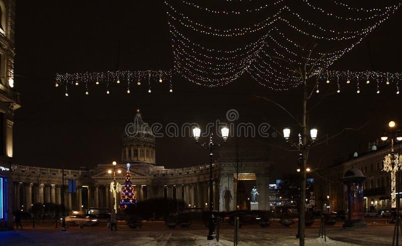 Julgarnering av staden med elektriska glödande ljus royaltyfri foto