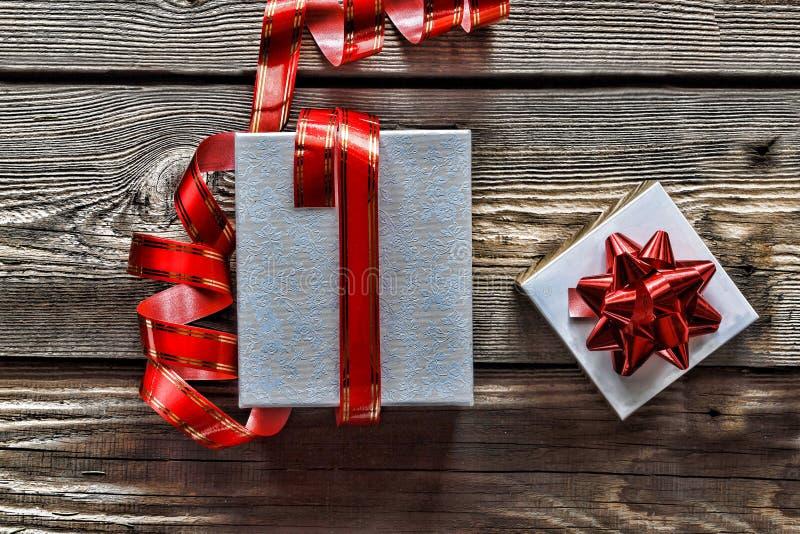 Julgarnering, gåvaaskar och girlanden inramar begreppsbakgrund, bästa sikt med kopieringsutrymme på wood tabellyttersida Julnolla arkivbild