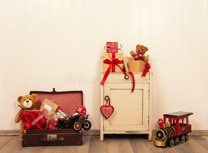 Julgarnering i antik tappningstil med leksaker på woode arkivbild