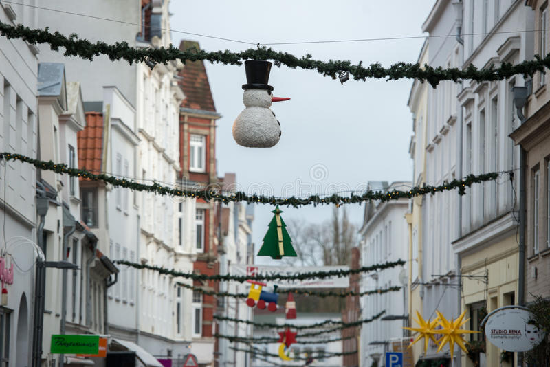 Julgarnering i Huxstrasse Lubeck den norr Tysklandgatan royaltyfria foton