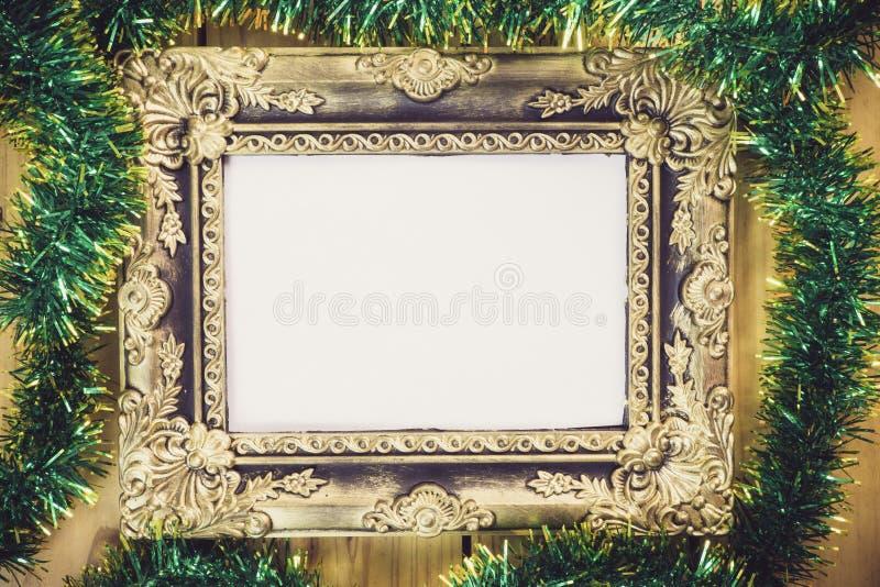 Julgarnering med bildramen på träbakgrund Wi royaltyfri bild