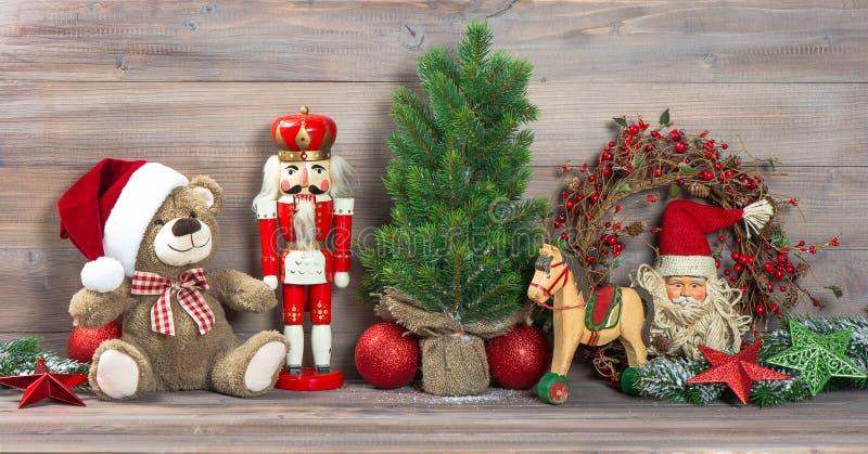 Julgarnering med den antika leksaknallebjörnen arkivbilder
