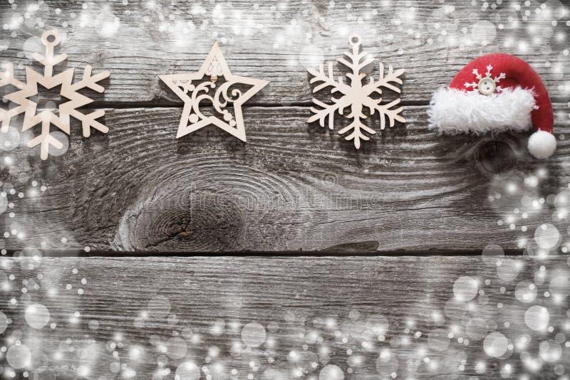 Julgarnering med den lilla röda hatten på träbackgroun royaltyfri foto