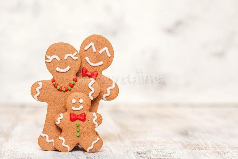 Julgarnering med den lyckliga familjen för pepparkakaman royaltyfri foto