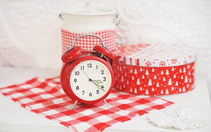Julgarnering med en röd klocka arkivbild