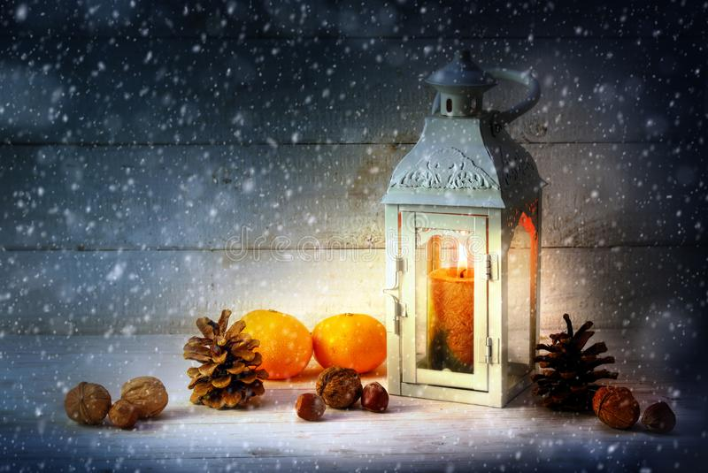 Julgarnering med en stearinljusljuslykta, tangerin, Co royaltyfri bild