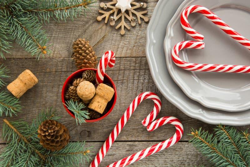 Julgarnering med godisrottingar på träbakgrund fotografering för bildbyråer