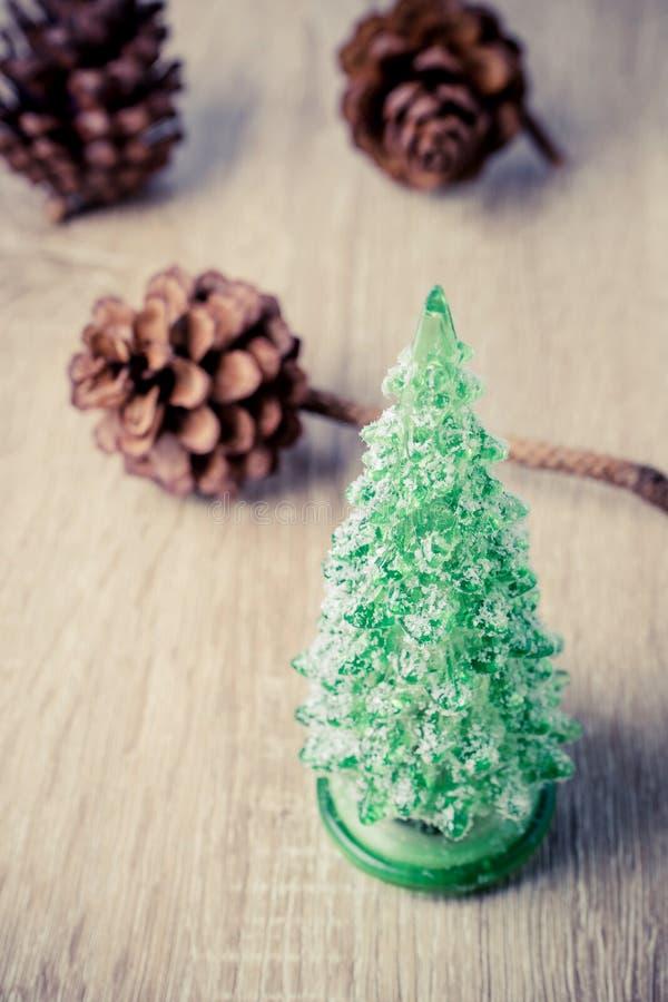Julgarnering med julträdet och sörjer kottar royaltyfri bild