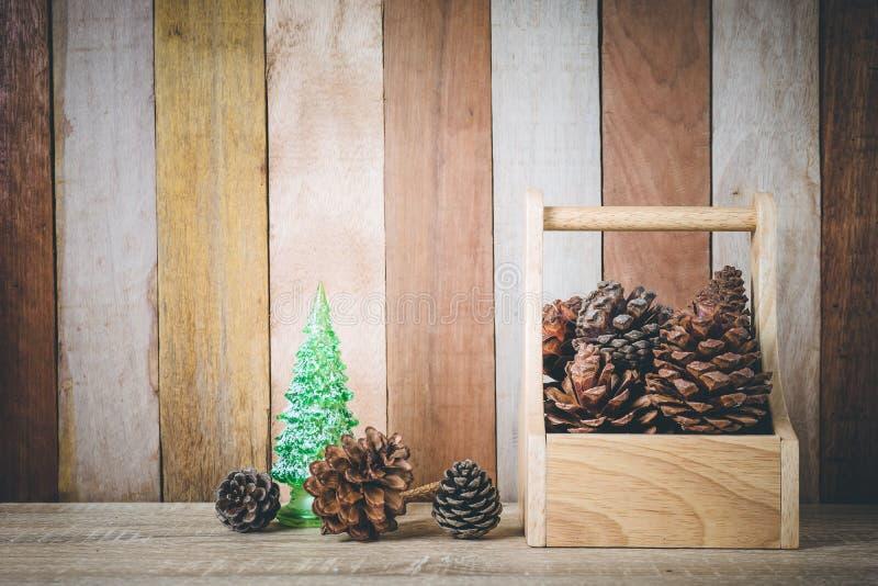 Julgarnering med julträdet och sörjer kottar på trä royaltyfria foton