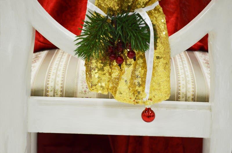 Julgarnering på baksidan av en stol arkivbild