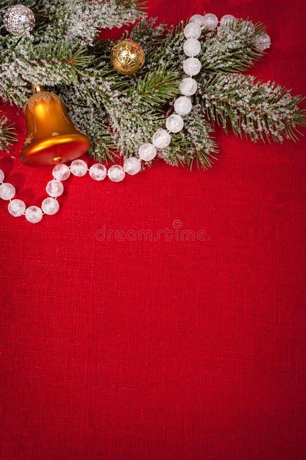 Julgarnering på röd sackcloth arkivfoto