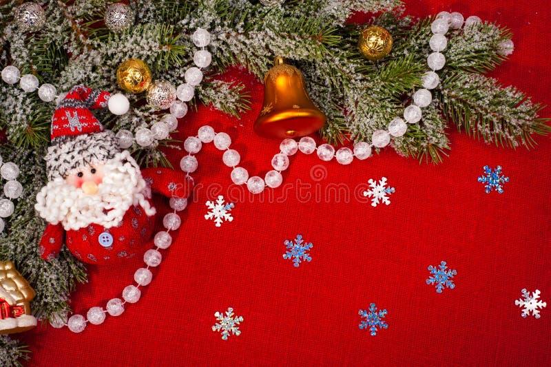 Julgarnering på röd sackcloth royaltyfri fotografi