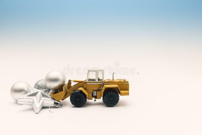Julgarnering på vit med grävskopaleksaken royaltyfri foto