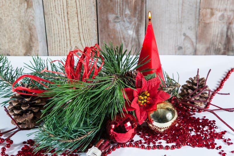 Julgarnering som bränner den röda stearinljuset royaltyfria foton
